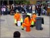 Straßenkünstler. Percussion mit Mülltonnen. Die hatten's richtig drauf.